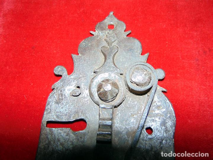Antigüedades: precioso pestillo siglo XVIII, cincelado, funciona ver fotos - Foto 3 - 241859105