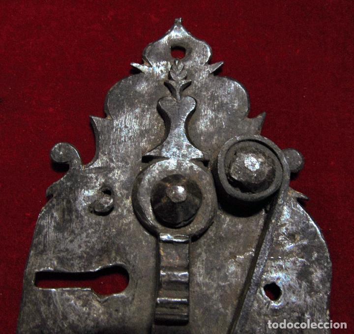 Antigüedades: precioso pestillo siglo XVIII, cincelado, funciona ver fotos - Foto 4 - 241859105