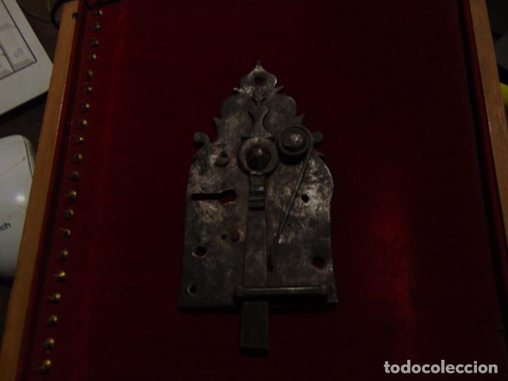 Antigüedades: precioso pestillo siglo XVIII, cincelado, funciona ver fotos - Foto 7 - 241859105
