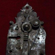 Antigüedades: PRECIOSO PESTILLO SIGLO XVIII, CINCELADO, FUNCIONA VER FOTOS. Lote 241859105