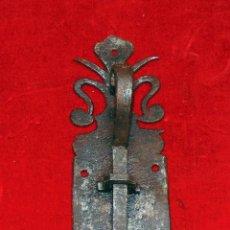 Oggetti Antichi: ANTIQUISIMO PESTILLO FORJA CINCELADO, 17 CM. Lote 241886815