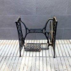 Antiquités: MESA.PATAS MAQUINA DE COSER SINGER.MAS ANCHA DE LO NORMAL.. Lote 241685570