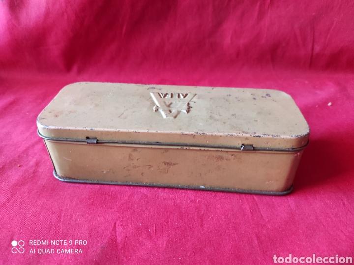 Antigüedades: Antigua caja de chapa de accesoriosde la máquina de coser Alfa - Foto 2 - 241923270