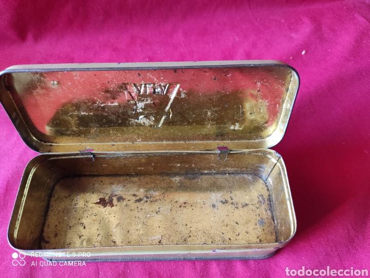 Antigüedades: Antigua caja de chapa de accesoriosde la máquina de coser Alfa - Foto 3 - 241923270