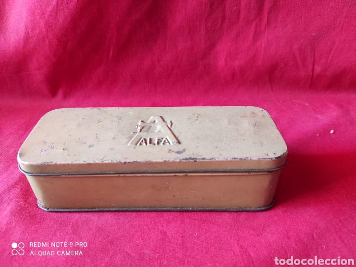 ANTIGUA CAJA DE CHAPA DE ACCESORIOSDE LA MÁQUINA DE COSER ALFA (Antigüedades - Técnicas - Máquinas de Coser Antiguas - Alfa)