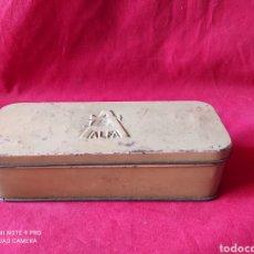Antigüedades: ANTIGUA CAJA DE CHAPA DE ACCESORIOSDE LA MÁQUINA DE COSER ALFA. Lote 241923270