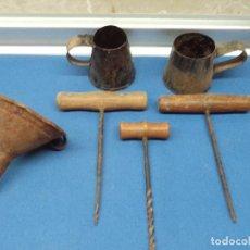 Oggetti Antichi: LOTE DE EMBUDO, BERBIQUIN-TALADROS Y RECIPIENTES PEQUEÑOS * VER FOTOS *. Lote 242162905