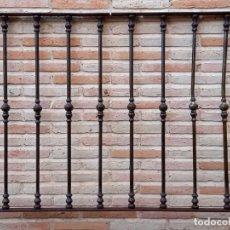 Antigüedades: ANTEPECHO DE BALCON ANTIGUO EN HIERRO FORJADO, CON 9 BALAUSTRES CON MACOLLAS.. Lote 242213395