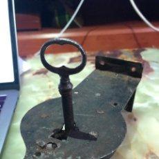 Antigüedades: CERRADURA ANTIGUA CON LLAVE FUNCIONANDO.. Lote 242229205