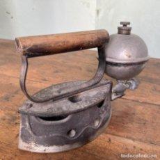 Antigüedades: PLANCHA DE ALCOHOL O PETRÓLEO MARCA CONFORT IRON. Lote 242844210
