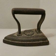 Antigüedades: ANTIGUA PLANCHA DE HIERRO MACIZA PARA ALISAR LA ROPA. N°4 (VALENCIA) SIGLO XIX.. Lote 242885635