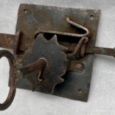 Antigüedades: CERRADURA DE FORJA ANTIGUA CON SU LLAVE GRAN TAMAÑO. Lote 242887860