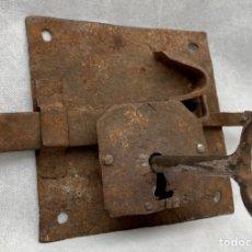 Antigüedades: CERRADURA DE FORJA ANTIGUA CON SU LLAVE GRAN TAMAÑO. Lote 242888760
