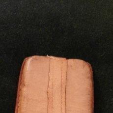 Antigüedades: ANTIGUO PISAPAPELES DE PLOMO Y CUERO. Lote 243256440