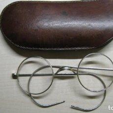 Antigüedades: ANTIGUAS GAFAS CON SU FUNDA ORIGINAL DE CUERO. Lote 243344135
