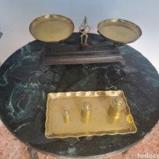 Oggetti Antichi: ANTIGUA BALANZA DE HIERRO CON PLATOS Y PESAS DE METAL. Lote 243552390