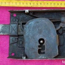 Antigüedades: ANTIGUA CERRAJA CERRADURA DE PORTÓN EN HIERRO FORJADO. FORJA CAJA 19 X 3,3 X 14 CM 2 KILOS DE PESO.. Lote 271104943