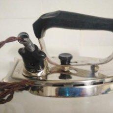 Antigüedades: PLANCHA ELÉCTRICA DE VIAJE CON FUNDA Y CABLE ORIGINAL ANTIGUA. Lote 244430310