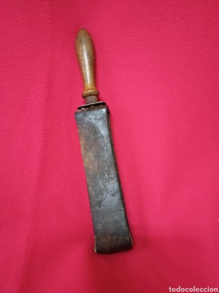 Antigüedades: Antiguo afilador de cuchillas de barbería de cuero - Foto 3 - 244475670