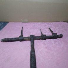 Antigüedades: CERROJO DE PORTÓN EN FORJA. Lote 244561395