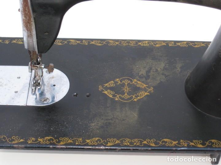Antigüedades: Antigua maquina de coser Alfa S.A. Eibar. España. Para decoracion. - Foto 3 - 244595220