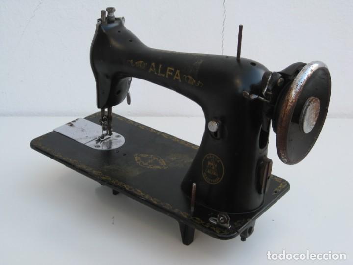 Antigüedades: Antigua maquina de coser Alfa S.A. Eibar. España. Para decoracion. - Foto 4 - 244595220