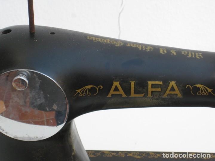Antigüedades: Antigua maquina de coser Alfa S.A. Eibar. España. Para decoracion. - Foto 8 - 244595220