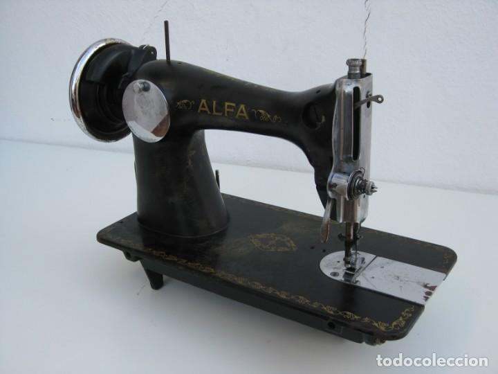 Antigüedades: Antigua maquina de coser Alfa S.A. Eibar. España. Para decoracion. - Foto 11 - 244595220