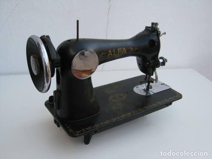 Antigüedades: Antigua maquina de coser Alfa S.A. Eibar. España. Para decoracion. - Foto 12 - 244595220