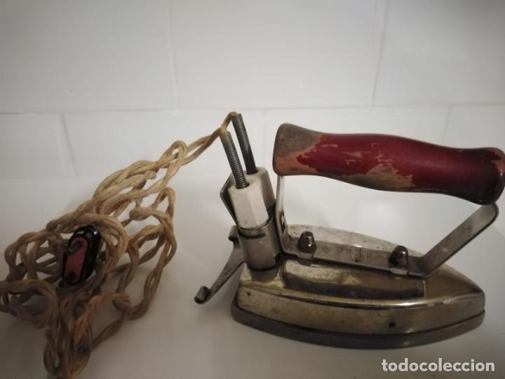Antigüedades: Plancha eléctrica antigua con su cable original - Foto 3 - 244620030