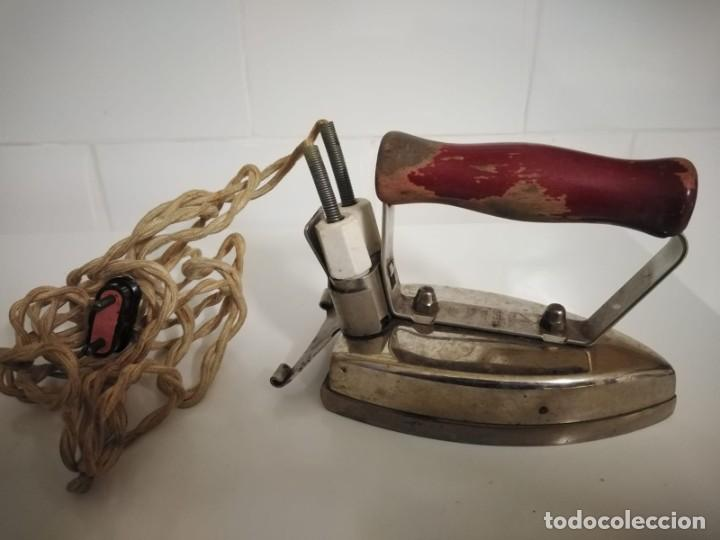Antigüedades: Plancha eléctrica antigua con su cable original - Foto 5 - 244620030
