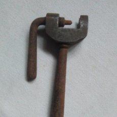 Antigüedades: ANTIGUA HERRAMIENTA CON TORNO.MANUAL.MIDE 11,5X6,2CM.FUNCIONA.HERRAMIENTA RARA. Lote 244668465