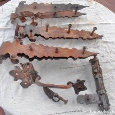 Antigüedades: BISAGRAS, CERROJO Y TIRADOR PARA PORTALON. Lote 244745105