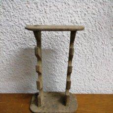 Antigüedades: ANTIGUO SIPRTE DE FORJA PARA HERRAMIENTAS. Lote 244806600