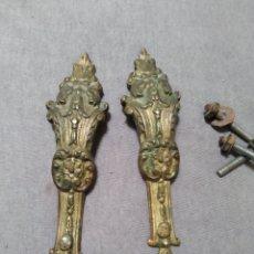Antigüedades: ANTIGUOS TIRADORES DE MESITA.. Lote 244808780