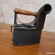 Antigüedades: ANTIGUA PLANCHA DE CARBON MONDRAGON UC 6 EN HIERRO FUNDIDO. Lote 244845115