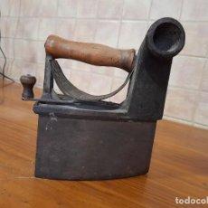 Antigüedades: ANTIGUA PLANCHA DE CARBON MONDRAGON UC 6 1/4 EN HIERRO FUNDIDO. Lote 244845385