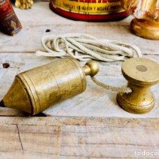 Antigüedades: ANTIGUA PLOMADA O NIVEL DE ALBAÑILERIA DE BRONCE CONTRAPESO ALBAÑIL PESO Y POLEA CON CUERDA. Lote 244858140