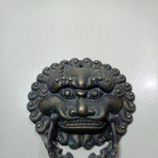 Antigüedades: BONITA Y ANTIGUA ALDABA DE BRONCE. TIRADOR. DRAGÓN O LEÓN CHINO. ARTE ORIENTAL.. Lote 244892200