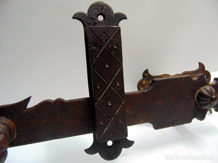 Antigüedades: espectacular y antiguo pestillo de forja, concha, forja, grande 27 cm - Foto 4 - 244979245