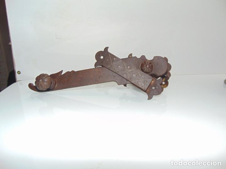 Antigüedades: espectacular y antiguo pestillo de forja, concha, forja, grande 27 cm - Foto 6 - 244979245