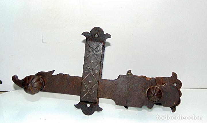 Antigüedades: espectacular y antiguo pestillo de forja, concha, forja, grande 27 cm - Foto 7 - 244979245