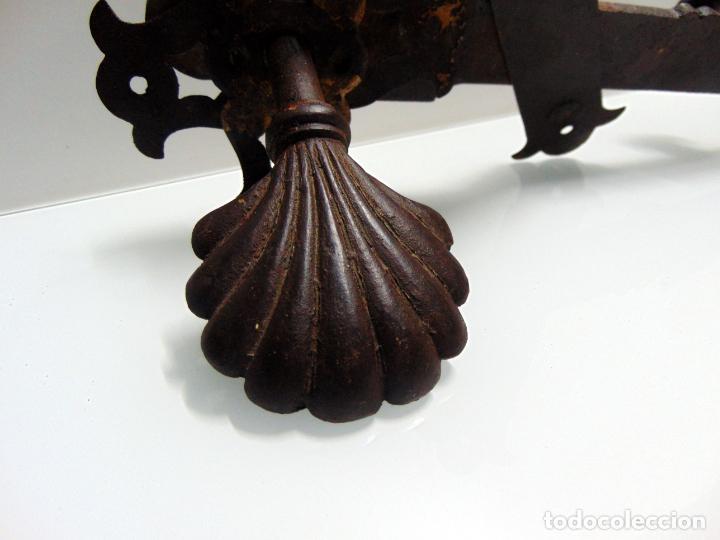 Antigüedades: espectacular y antiguo pestillo de forja, concha, forja, grande 27 cm - Foto 8 - 244979245