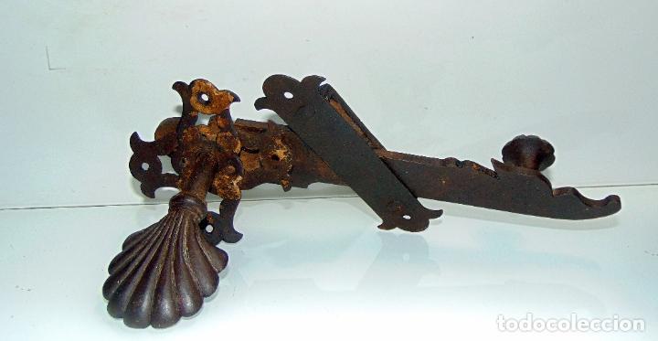 Antigüedades: espectacular y antiguo pestillo de forja, concha, forja, grande 27 cm - Foto 9 - 244979245
