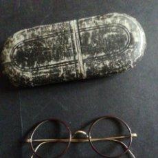 Antigüedades: GAFAS TIPO QUEVEDO DE CELULOIDE Y LATÓN CON FUNDA.. Lote 244989250