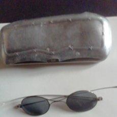 Antigüedades: GAFAS DE SOL AÑOS ANTIGUAS. MONTURA METALICA. CON FUNDA.. Lote 244997135