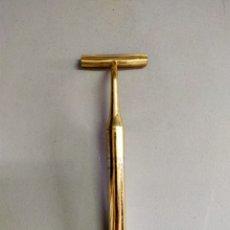 Antigüedades: MAQUINILLA DE AFEITAR, SOPORTE, METAL DORADO. Lote 245039585