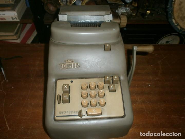 Antigüedades: Antigua calculadora mecánica marca Totalia Milano Italia años 60 completa altura 22 cm ancho 42X26 c - Foto 2 - 245066780