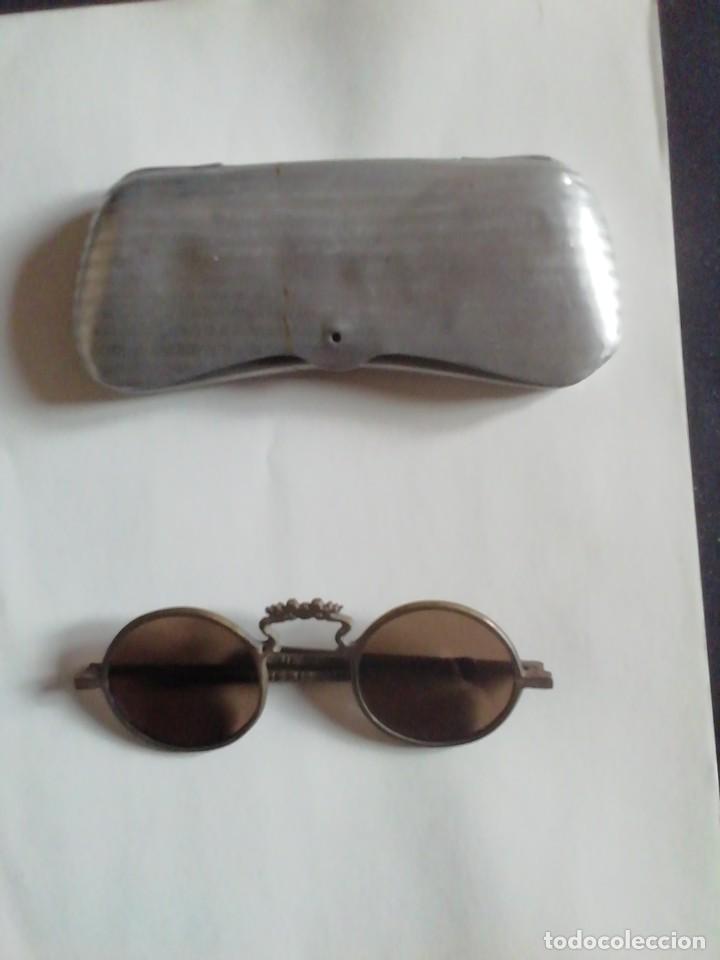 GAFAS SOL ANTIGUAS. MONTURA METALICA. PATILLAS DESPLEGABLES. CON FUNDA. (Antigüedades - Técnicas - Instrumentos Ópticos - Gafas Antiguas)