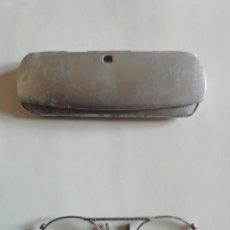 Antigüedades: GAFAS TIPO QUEVEDO. MONTURA METÁLICA. CON FUNDA.. Lote 245189935